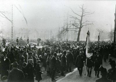 A méntelepi zenekar és dalárda számai, valamint több lelkes felszólalás után tisztelgő felvonulás zárta be az ünnepséget
