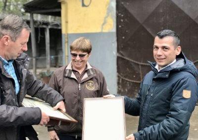 Az okleveleket Kovács Norbert vezérigazgató és dr. Polner Antónia szarvasmarha-tenyésztési osztályvezető vették át