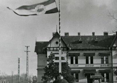 Az Országzászlón a Trianon előtti utolsó 1915-ös hivatalos középcímer volt, lobogóját angyalokkal ékesítették