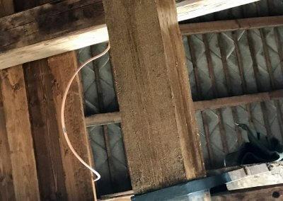A szürkére festett mestergerenda a csiszolás és felületkezelés után
