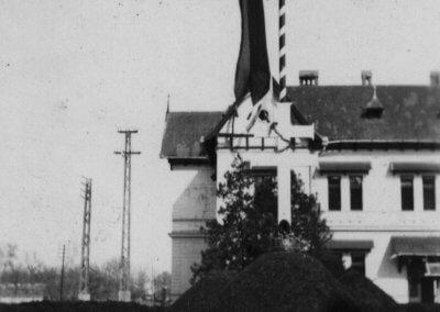 A címerdombok előtt sudár zászlóárbóc szökken az égbe